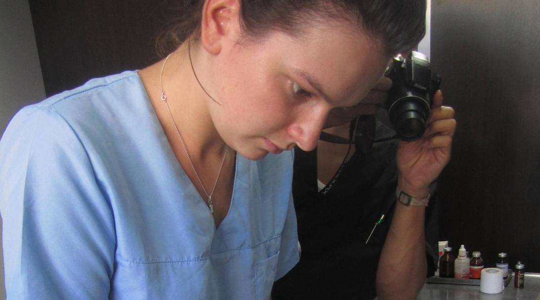 Pasante de veterinaria asiste durante una operación.